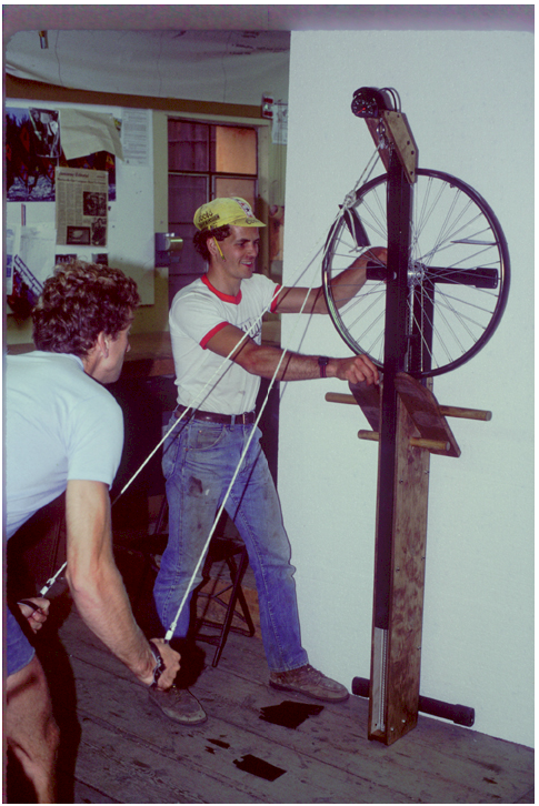 A very early version of a ski ergometer.<br><br><i>Dick Dreissigacker (l.) and Jon Williams (r.).</i>